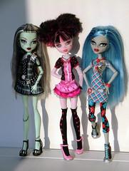 Monster High Fun (CornflowerBlue07) Tags: frankie ghoulia monsterhigh draculaura dayatthemaul