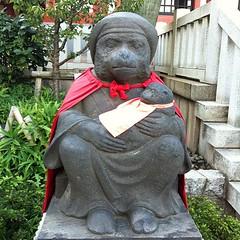 山王権現では狛犬でなく猿が子を抱いてござる 昭和二十八年六月の銘