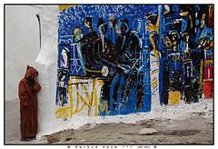 The Lady and the Painting - La dame et la fresque (Azemmour, Morocco 2011) (Rachid Naim) Tags: woman colors festival lady painting la ancient couleurs femme arts arc morocco maroc medina dame tableau et ancienne   fresque  2011  eljadida marocaine  plastiques jellaba        azemmour                 okacha egyptianthe