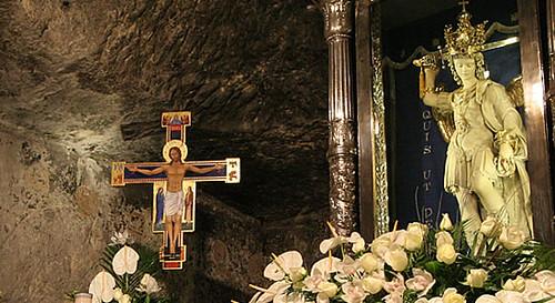 San Miguel en el altar de la gruta