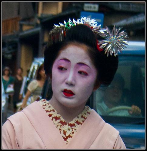 cómo distinguir a una maiko de una geisha: maquillaje