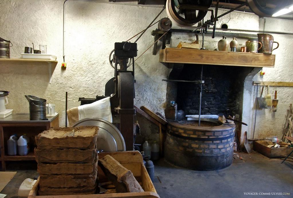 A gauche, on aperçoit les résidus des noix après être passés sous presse.