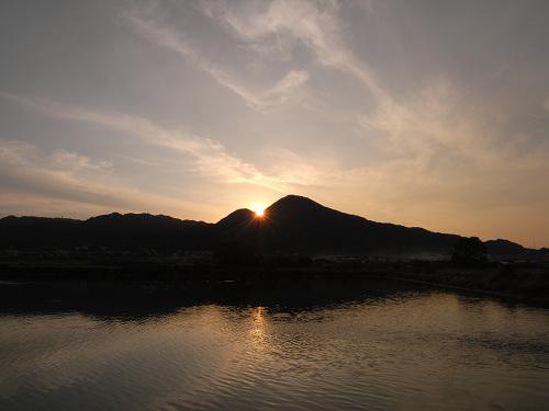 二上山の間に落ちる美しい夕陽 @香芝市(千股池)