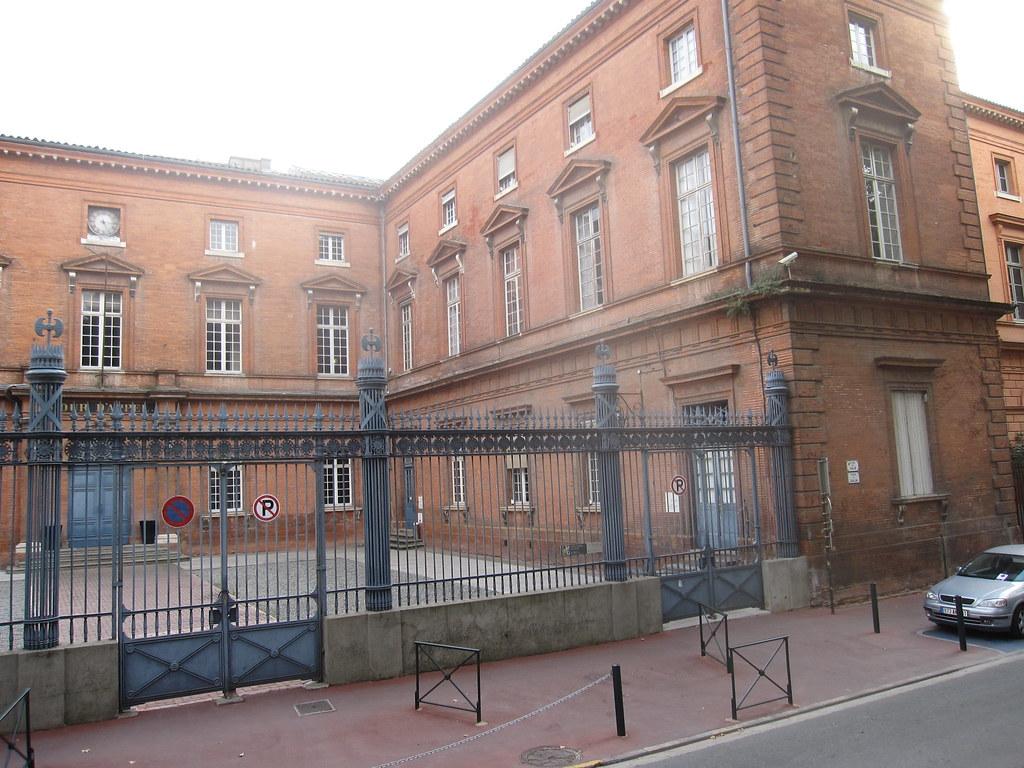 6_ Devant le palais de justice sans la foule ni Deibler Toulouse Photo © François Morey, septembre 2011 IMG_3687