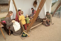Am Arbeitszelt von dem Glasperlenmacher wird gearbeitet – Wikinger Museum Haithabu WHH 16-09-2011