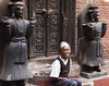 Knocking on palace door (elosoenpersona) Tags: nepal man real puerta sitting royal palace sentado kathmandu hombre bhaktapur palacio elosoenpersona