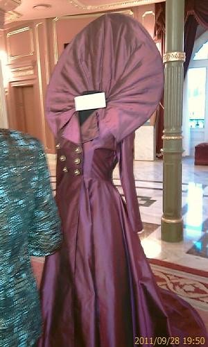 Precioso vestido en el hall del Arriaga by LaVisitaComunicacion