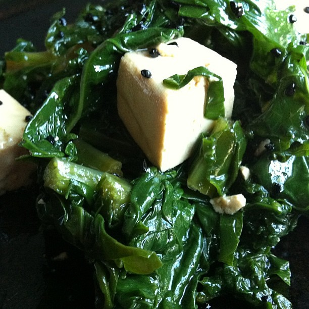 Kale & kalonji salad with tofu
