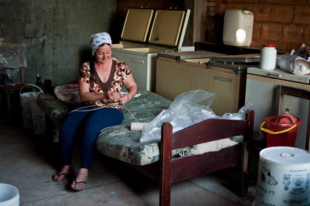 María Miriam Florentín (Nena), prepara los hilos que serán utilizados para atar las bolsas de pulpas de frutilla posterior a su cocción, en un pequeño complejo en donde producen la mayor cantidad de pulpas de frutilla para las grandes heladerías de nuestro país. (Elton Núñez)
