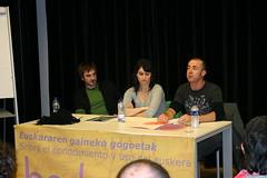 En Lobiano en la mesa para dar las jornadas aparecen: Cantante de Ken Zazpi Enaut Elorrieta, la presentadora de ETB Nerea Alias y el profesor de la AEK Juanmi Bravo