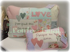 ...Almofadas em patchwork... (Ponto Final - Patchwork) Tags: floral quilt handmade sewing rosa pillow fabric cotton corao patchwork frases lilas aplique almofadas aplicaes po patchcolagem caseado verdegua artecomretalho artesanatocomretalho almofadafilosfica trabalhoempatchwork