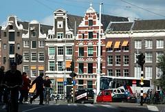 Kreuzungspunkt (niedersachsenfoto) Tags: amsterdam verkehr radfahrer fassaden giebel niedersachsenfoto glockengiebel halsgiebel
