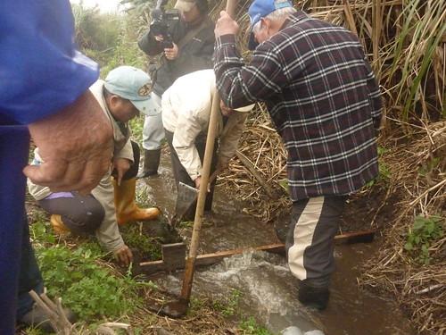 部落老農民指導工作人員傳統水路分配制度。(圖片來源:林務局)