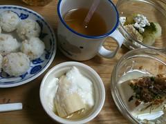 とらちゃんの朝御飯。今朝はおにぎりでした。(2011/10/13)