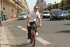 Rue de Rivoli - Paris (France) (Meteorry) Tags: street city boy urban paris france sunglasses bicycle mercedes europe traffic candid august streetscene citron sneakers trainers nike camouflage baskets tuileries rue bicyclette rivoli vtt vlo homme ruederivoli mec 2011 meteorry skets parispeople