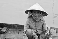 Barquera vietnamita (martingarri) Tags: old portrait bw woman white black blanco hat río scarf river boat mujer barca retrato negro chinese vieja an bn canoe vietnam hoian fisher sombrero anciana mekong hoi canoa conical chino pañuelo conic pescadora cónico