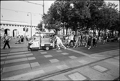 Streetparade #5 (Thomas (dk-photoblog.com)) Tags: vienna wien street leica people urban bw black film festival analog zeiss t austria österreich leute kodak tricycle trix crowd tracks rangefinder parade ring d76 400 streetparade iceman rails ape vehicle sw 28 analogue crosswalk zebrastreifen m6 schwarz gleise fahrzeug gruppe streetfestival 21mm dreirad biogon zm weis 2011 eisverkäufer strase messsucher ringstrase 2782011