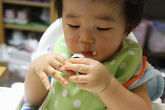 小さいおにぎりを食べる