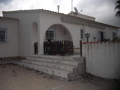 Chalet independiente construido todo en una planta.  Solicite más información a su inmobiliaria de confianza en Benidorm  www.inmobiliariabenidorm.com
