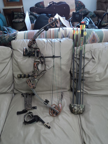 Hoyt Havoc Bow http://www.ebay.com/itm/Hoyt-Havoctec-xT2000-Compound-bow-with-Accessories-/360396269496