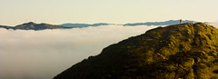 un mar de niebla (carolinamadruga) Tags: ocean sanfrancisco california sunset sea man verde green fog clouds canon mar hill twinpeaks nubes puestadesol colina niebla hombre ocano