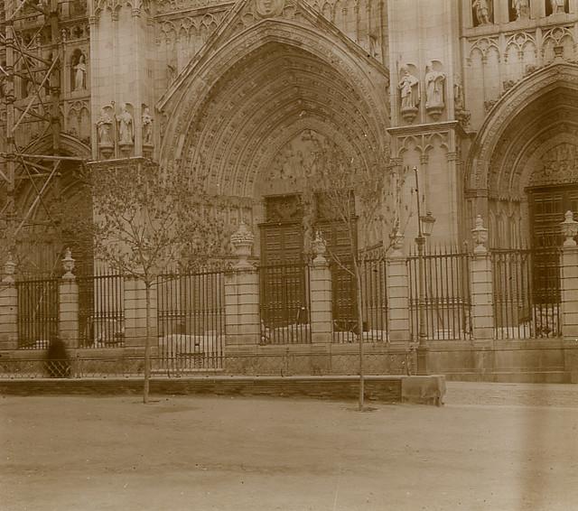 Fachada de la Catedral de Toledo en 1913. Fotografía de Luis Calandre Ibáñez