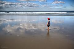 entre el cielo y el suelo (RalRuiz) Tags: espaa mar playa galicia nubes gorra nio lugo horizonte ribadeo cantbrico playadelascatedrales praiaascatedrais