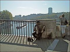 Pont Saint-Louis (Christian Lagat) Tags: bridge woman sun man paris france seine soleil shadows phone femme pont pniche barge homme ombres paris04 tlphone ledelacit brel accordionplayer pontsaintlouis vesoul accordoniste sonyericssonw595