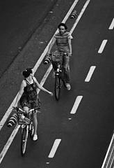 No puedo parar de mirarte (Alex Novoa) Tags: blanco alex canon de y pareja no negro bilbao photowalk bici mirada 70 novios novoa puedo parar 300m carril ciclistas bidegorri 2011 mirarte bilbaopw cascauflos
