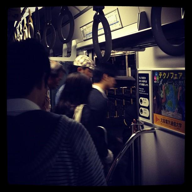新大阪入線途中で人身事故にあった乗ってる電車、20分近くしてからホームにかかってる扉を車掌さんが開けてくれた!