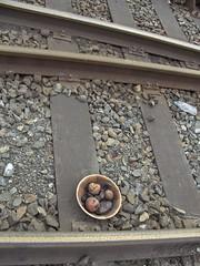 Todo estaba oxidado. Everything was rusty. (Esetoscano) Tags: espaa frutas fruits port muelle corua dish sandiego tracks rusty curioso galicia curious plato find oxidado vas descubrimiento