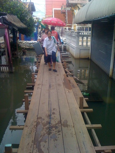Raised footpath at the koh kred ferry, wat sanam Nua #thaiflood