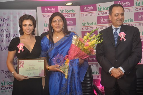 Actress Lisa Ray, patinet Dr Mary Francis, Mr. Aditya Vij, CEO, Fortis India