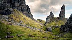 Old Man of Storr II (Youronas) Tags: greatbritain mountains skye nature rock canon landscape scotland innerhebrides berge 7d fels landschaft hebrides schottland trotternish oldmanofstorr 1585 innerehebriden bergnadel