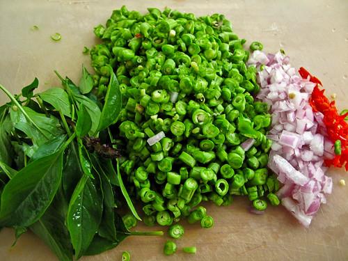 IMG_0822  Basil , long beans , onion and chilli padi  罗勒 . 豆角、大葱和小辣椒