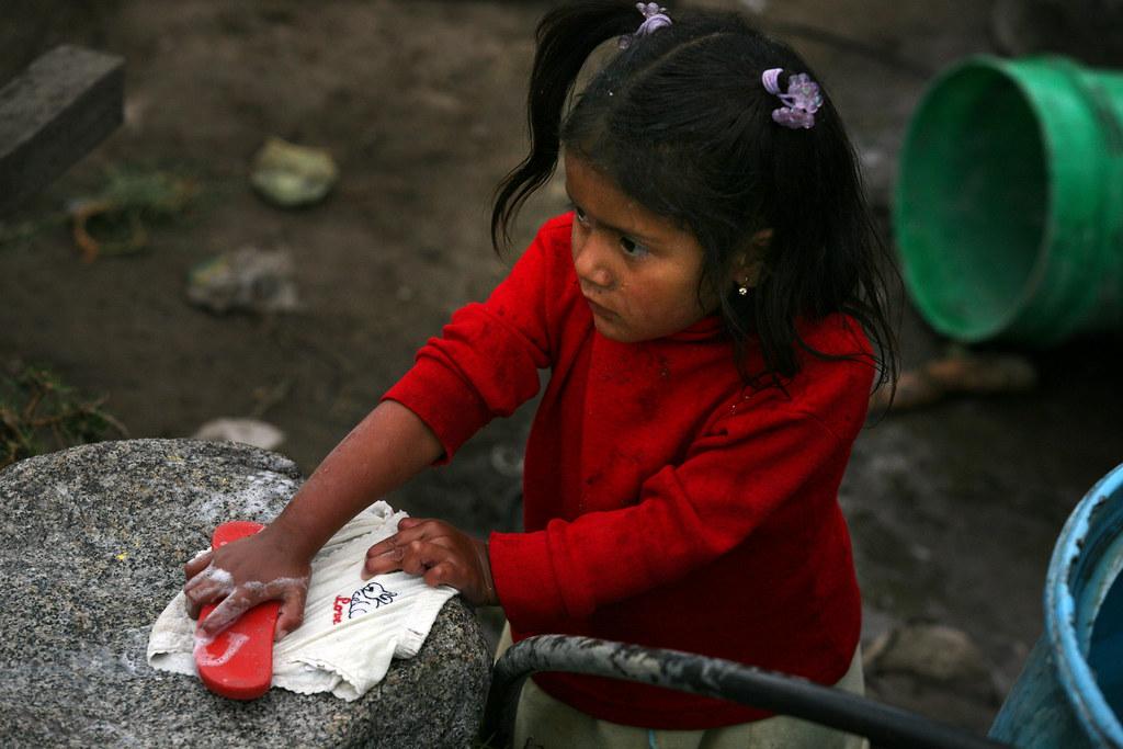 Petite fille lavant linge
