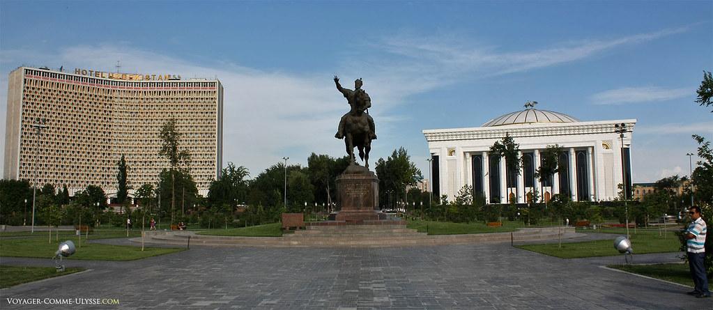 Statue de Tamerlan à cheval, avec l'hôtel Ouzbékistan et le Palais des Congrès