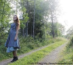 IMG_4115 (Tessaan) Tags: light red summer woman travelling girl fashion sweden models sverige mode modell 2010 sommar röd tjej solsken resande kvinna