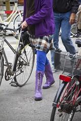 Purple Rain (Mikael Colville-Andersen) Tags: fashion bike bicycle copenhagen cycling cycle bici chic kopenhagen fahrrad vélo københavn cykel copenhague köpenhamn cyclechic velopassioncc