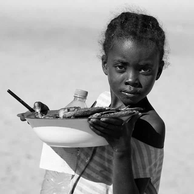 La petite vendeuse de poissons, par Franck Vervial