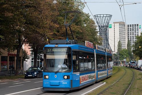 Vor der Kulisse der Mae West fährt Wagen 2124 mit der frischen Segmüller-Werbung stadteinwärts