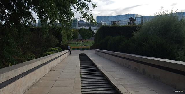 Plusieurs endroits au calme dans le Parc, avec ses très belles marches