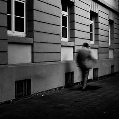 Pfeifmelodien im Sauseschritt. (Martin Gommel) Tags: street blackandwhite bw 6x6 contrast germany sw schwarzweiss karlsruhe kontrast 1x1 quadrat quadratisch img1166