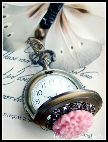 """Detalhe do Colar - relógio """" Rosa"""" by kideias - Artesanato"""