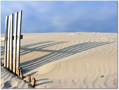 Sombra (Patataasada) Tags: wood shadow españa beach andalucía spain madera sand sombra playa arena cádiz tablas horizonte cortadura platinumheartaward a3b ringexcellence dblringexcellence musictomyeyeslevel1 me2youphotographylevel1
