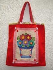 Bolsa vermelha vasinho de flores (TUKKA*  -  Fuxicos, Retalhos e Penduricalhos) Tags: flores vermelho botão fuxico patch patchwork bolsa aplicação sacola botões apliqué fuxicos vasinho