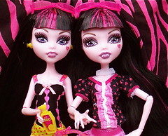 Siamese Dream1 (halloweve1977) Tags: gloombeach monsterhigh draculaura dayatthemaul