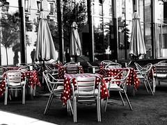 "Terraza con su ""Puntillo"" [ EXPLORER ] (Enrique Flores 71) Tags: barcelona cutout rojo explorer bcn photowalk desaturated catalunya catalua sillas desaturado worldwire worldwirephotowalk worldwirephotowalkbarcelona"