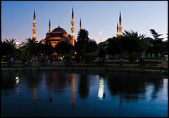Mezquita Azul iluminada (guillenperez) Tags: park blue parque reflection azul turkey turkiye mosque reflejo mezquita istambul turquia sultanahmet estambul