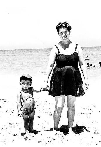 Javier Aranda con su madre en la playa